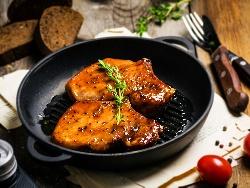 Пържено мариновано свинско бонфиле (бон филе) с мед и мащерка на тиган - снимка на рецептата